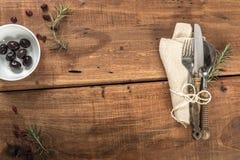Tabela velha rústica vazia do restaurante com Cuttlery Imagem de Stock