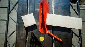 A tabela viu e ferramentas após ter cortado a madeira imagens de stock royalty free
