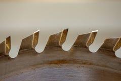 A tabela viu os dentes da lâmina em uma oficina imagem de stock royalty free
