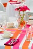 Tabelas alaranjadas e cor-de-rosa do casamento fotos de stock royalty free