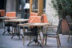 Tabelas ao ar livre do café da rua Imagem de Stock