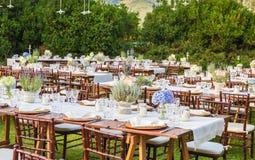 Tabelas colocadas para o jantar de gala Foto de Stock Royalty Free
