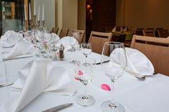 Tabelas colocadas reservados para jantares fotografia de stock