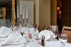 Tabelas colocadas reservados para jantares fotos de stock royalty free