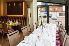 Tabelas colocadas reservados para jantares imagens de stock royalty free
