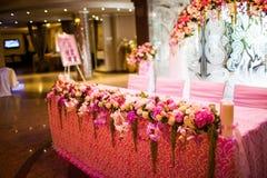 Tabelas comemorativos no salão do banquete Imagens de Stock Royalty Free