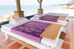 Tabelas da massagem na praia Foto de Stock Royalty Free