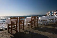 Tabelas de jantar no Mar Egeu Imagens de Stock Royalty Free
