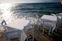 Tabelas de jantar no Mar Egeu Fotografia de Stock Royalty Free