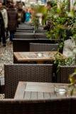 Tabelas de madeira vazias fora de um bar Imagens de Stock Royalty Free