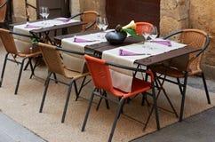 Tabelas de um restaurante de Provence Fotos de Stock