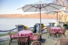 Tabelas do café da beira do lago Imagens de Stock