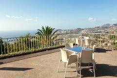 Tabelas do café sobre Funchal, Madeira, Portugal Foto de Stock