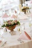 Tabelas do casamento ajustadas para o jantar fino Fotos de Stock Royalty Free