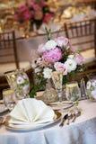 Tabelas do casamento ajustadas para o jantar fino foto de stock royalty free