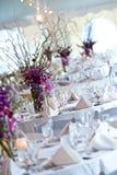 Tabelas do casamento ajustadas para o jantar fino Fotografia de Stock Royalty Free