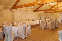 Tabelas do casamento decoradas para convidados dos noivos imagens de stock