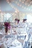 Tabelas do casamento sob uma barraca Foto de Stock Royalty Free