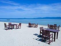 Tabelas do restaurante na praia Imagem de Stock Royalty Free