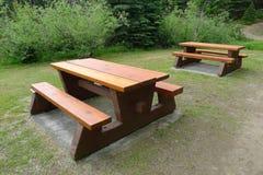 Tabelas e bancos de madeira de piquenique Fotografia de Stock Royalty Free