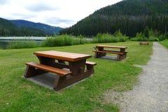 Tabelas e bancos de madeira de piquenique Foto de Stock Royalty Free