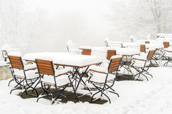 Tabelas e cadeiras cobertas na neve fresca Fotos de Stock Royalty Free