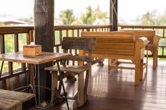 Tabelas e cadeiras de madeira Imagens de Stock