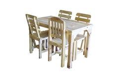 Tabelas e cadeiras de madeira isoladas em um fundo branco com trajeto de grampeamento foto de stock