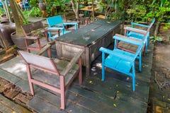 Tabelas e cadeiras de madeira no jardim fotografia de stock royalty free