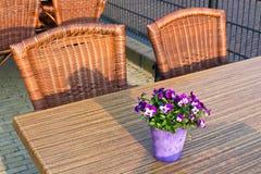 Tabelas e cadeiras de vime do café Imagem de Stock