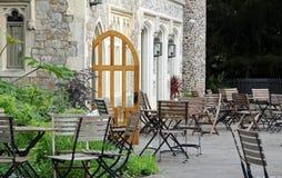 Tabelas e cadeiras do café do castelo Fotografia de Stock