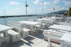 Tabelas e cadeiras do restaurante do beira-mar Imagens de Stock Royalty Free