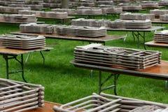 Tabelas e cadeiras em um gramado Foto de Stock Royalty Free