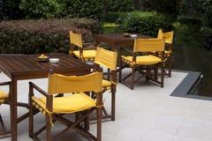 Tabelas e cadeiras em um pátio Imagens de Stock