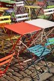 Tabelas e cadeiras na moda modernas coloridas no café da rua Fotografia de Stock Royalty Free