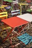 Tabelas e cadeiras na moda modernas coloridas no café da rua Foto de Stock Royalty Free