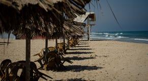 Tabelas e cadeiras na praia Fotografia de Stock Royalty Free