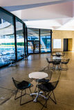 Tabelas e cadeiras no museu de Hirshhorn, Washington, C.C. Imagem de Stock Royalty Free