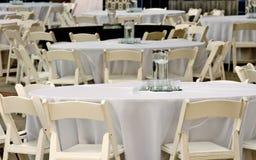 Tabelas e cadeiras para o evento da noite Imagem de Stock Royalty Free