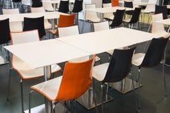 Tabelas e cadeiras vazias Fotografia de Stock