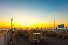 Tabelas e cadeiras vazias com opiniões do mar Fotos de Stock Royalty Free