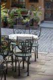 Tabelas e cadeiras vazias no café exterior da rua no centro da cidade de Lviv, Ucrânia Fotografia de Stock