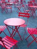 Tabelas e cadeiras vermelhas brilhantes do café Fotografia de Stock Royalty Free