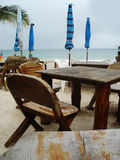 Tabelas na praia Imagens de Stock Royalty Free