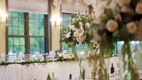 Tabelas no banquete do casamento Decorações do casamento Fim acima Mova a câmera video estoque