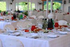 Tabelas no restaurante serido para um banquete Fotos de Stock