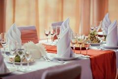 Tabelas servidas no jantar de casamento no restaurante Fotos de Stock Royalty Free