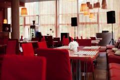 Tabelas servidas no jantar de casamento no restaurante Imagens de Stock