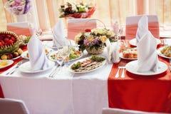 Tabelas servidas no jantar de casamento no restaurante Foto de Stock Royalty Free