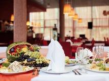 Tabelas servidas no jantar de casamento no restaurante Imagem de Stock
